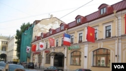 俄罗斯强调不仅与中国,同时也与亚洲其他主要国家越南、日本、韩国发展友好关系。圣彼得堡一家商场外悬挂的越南、日本、中国、韩国国旗。