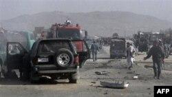 Dân chúng Afghanistan tụ tập hiện trường của một vụ đánh bom tự sát ở Ghazni, phía đông Kabul, ngày 28/9/2010