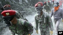 Indonesian soldiers search for victims after eruption of Mount Merapi in Cangkringan, Yogyakarta, 8 Nov. 2010.