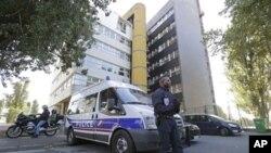 2012年9月19日,一名法国警察在法国巴黎的查理讽刺周刊总部外面守卫