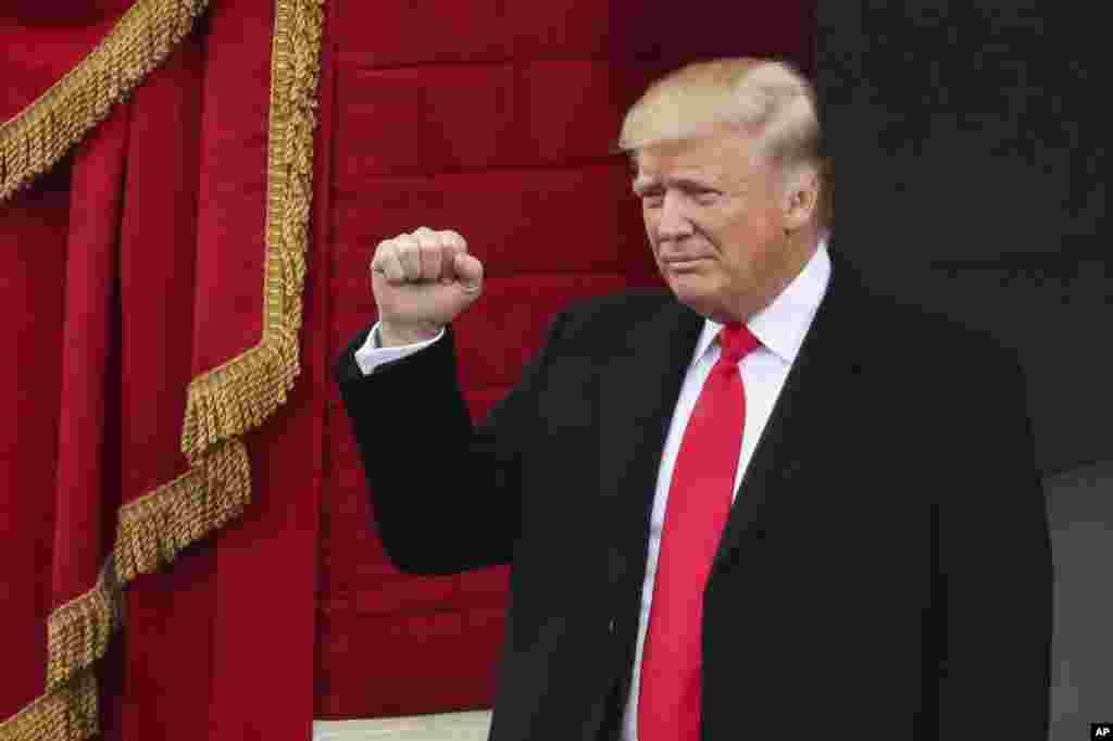 Presiden terpilih Donald Trump mengepalkan tangannya ketika tiba di acara Inaugurasi ke-58 di Gedung Capitol di Washington, 20 Januari 2017.
