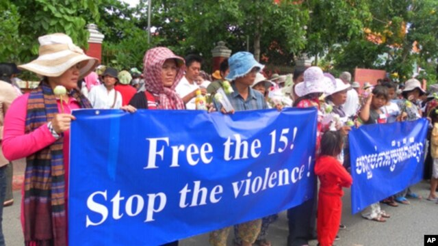 Around 200 evictees from two Phnom Penh developments gathered in front of the National Assembly, demanding that 15 of their representatives be released from jail, file photo.