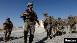 Abasirikare b'Amerika barindiriye kajugujugu ku kambi y'abagirikare ba Afuganistani, mu ntara ya Logar, Afghanistani, Kw'italiki 07/08/2018.