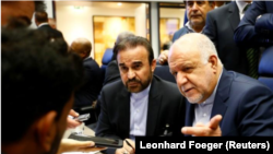 El ministro de Petróleo de Irán, Bijan Zanganeh, habla con periodistas antes del comienzo de una reunión de la Organización de Países Exportadores de Petróleo (OPEP) en Viena, Austria.