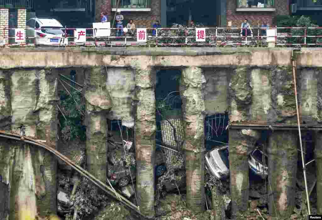 중국 쓰촨성 천두에 폭우가 쏟아져 주차장이 무너져내렸다. 4대의 차량이 구덩이로 떨어졌다.
