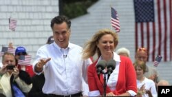 Capres partai Republik, Mitt Romney dan isterinya, Ann, dalam salah satu kampanyenya (foto: dok).