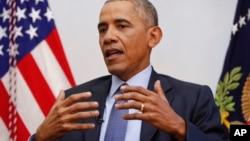 Le président Barack Obama, à droite, répond aux questions des journalistes dans la ville de Washington, le 6 janvier 2017.