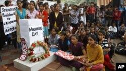 بنگلور میں زیادتی کا نشانہ بننے والی طالبہ کی یادگار پر لوگ جمع ہیں۔ 29 دسمبر 2012