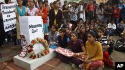 Indijci odaju poštu žrtvi brutalnog silovanja u Nju Delhiju