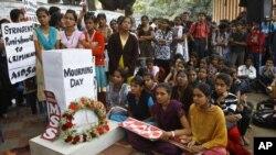印度人在临时纪念场所悼念被轮奸的受害者