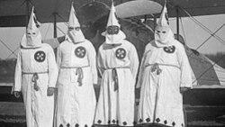 Para anggota Ku Klux Klan, sekitar tahun 1922.