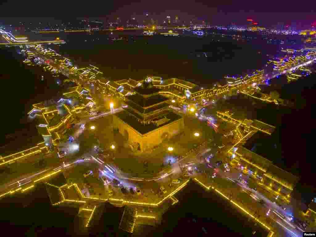 Cahaya lampu menghiasi gedung-gedung kuno (bersejarah) di Liaocheng, Shandong, China.