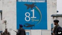 Binh sĩ Ấn Độ canh gác bên ngoài căn cứ không quân ở Pathankot, Ấn Độ, ngày 4/1/2016.