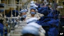 지난해 12월 개성공단 내 한국 기업 공장에서 북한 근로자들이 제품을 생산하고 있다. (자료사진)