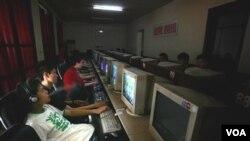 Anak-anak muda di Tiongkok sedang menggunakan komputer di sebuah kafe internet Beijing, Tiongkok.