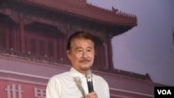 施明德在台北的六四26週年紀念晚會上講話(2015年6月4日 美國之音記者趙婉成拍攝)