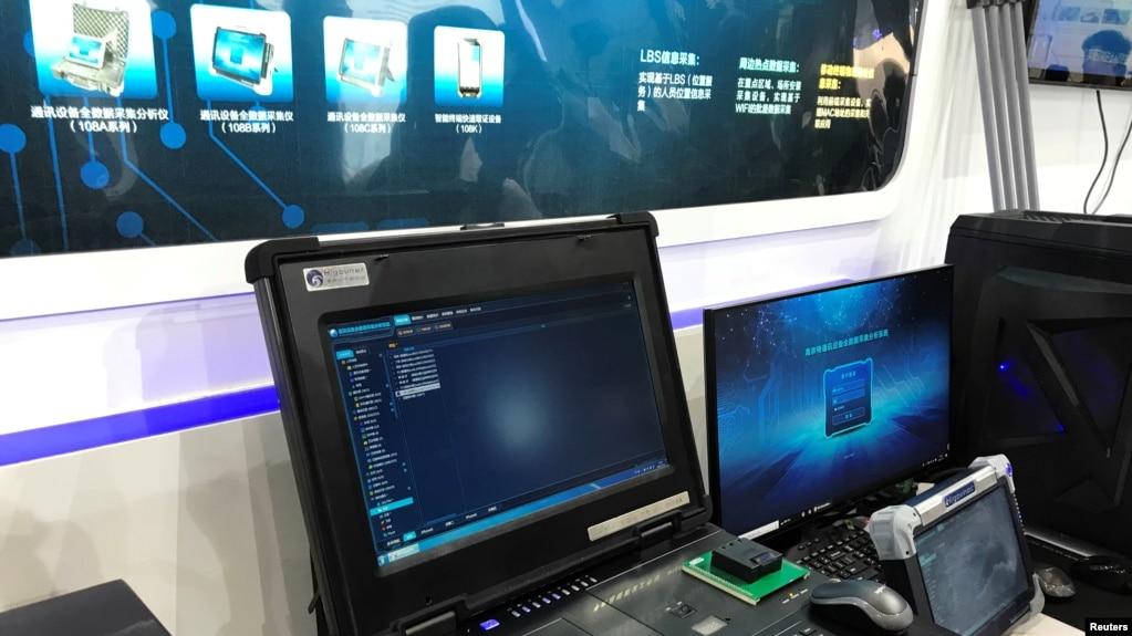 在北京举办的国际警备警用装备博览会上,北京海鑫科金高科技公司的扫描仪,他们的桌面和便携式电话扫描仪能获取脸书和推特上被删除的信息(2018年5月15日)。
