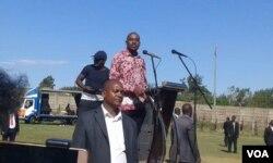 UMnu. Nelson Chamisa ukhuluma emhlanganweni wezisebenzi.