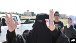 ژنێـکی خهڵـکی دهرعا که لهسهر سـنووری ئوردن- سوریایه بۆ کهسوکاری دهگری، سێشهممه 25 ی چواری 2011