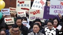 21일 주한중국대사관 앞에서 탈북자 북송 반대 시위에 참여한 한국 연예인들과 탈북자들.