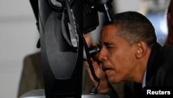 Presiden AS Barack Obama meneropong bintang dari balik teleskop dalam acara dengan murid-murid SMP dan astronom dari seluruh negeri di Lapangan Selatan Gedung Putih. (Foto: Dok)