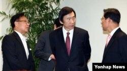 15일 박근혜 한국 대통령 당선인 대변인 등과 대화하는 윤병세 외교통일분과위 인수위원(가운데). (자료사진)
