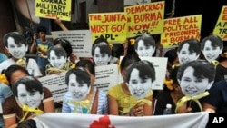ក្រុមសកម្មជននៃចលនាសម្ព័ន្ធដើម្បីសេរីភាពភូមា (Free Burma Coalition) កាន់រូបលោកស្រី អោង សានស៊ូជី នៅក្នុងការប្រមូលផ្តុំគ្នាមួយនៅខាងមុខស្ថានទូតភូមា ក្នុងប្រទេសម៉ាឡេស៊ីនៅថ្ងៃទី១៧ វិច្ឆិកា ឆ្នាំ២០១០។