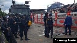 Petugas kepolisian saat memantau Rutan Klas II B Sigli, Aceh, yang dibakar narapidana, Senin (3/6). (Foto courtesy: Kemenkumham Aceh)