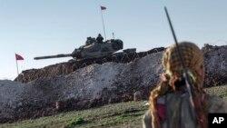 Militan Kurdi (YPG) melakukan patroli di Suriah utara (foto: ilustrasi).