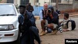 Cảnh sát, ký giả và phóng viên nhiếp ảnh bên ngoài trung tâm mua sắm Westgate ở Nairobi, ngày 23/9/2013.