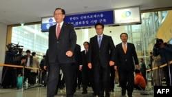 2013年10月30日,韩国议员前往分隔南北非军事区附近位于朝鲜的开城工业园区。