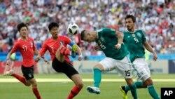 Son Heung-min de Corea del Sur (segundo desde la izquierda) busca controlar la pelota en poder de Niklas Suele, de Alemania, en el partido por el Grupo F el Mundial de Rusia en the Kazan, el miércoles, 27 de junio de 2018.