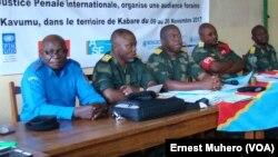 Composition de la cour militaire du Sud-Kivu dans les audiences foraine de Kavumu, en RDC, le 10 novembre 2017. (VOA/Ernest Muhero)