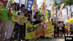 """香港多個團體星期天舉行""""全民拒絕假普選運動""""的步行宣講活動(美國之音譚嘉琪拍攝)"""