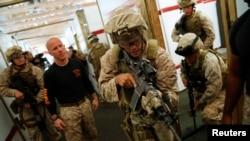 美國海軍陸戰隊員2012年9月25日在維吉尼亞州的一個訓練基地接受反恐訓練。(資料照片)