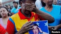 Reacción de los seguidores de Chávez en las afueras del hospital militar donde el ex mandatario pasó sus últimos días.