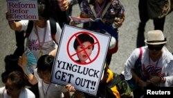 Người biểu tình chống chính phủ cầm ảnh của Thủ tướng Yingluck trong cuộc tuần hành trong trung tâm thủ đô Bangkok