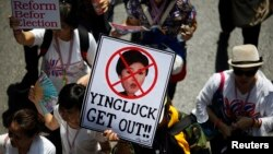 Người biểu tình chống chính phủ diễu hành qua trung tâm thủ đô Bangkok.