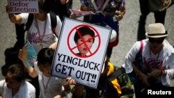 지난달 29일 태국 수도 방콕 중심부에서 벌어진 반정부 시위에서, 잉락 친나왓 총리에 반대하는 푯말이 보인다.
