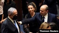 نفتالی بنت، نخست وزیر اسرائيل، در کنار بنجامین نتانیاهو، رهبر اپوزیسون