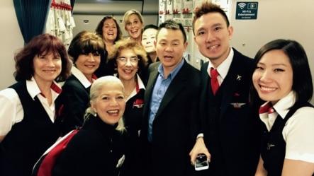 熊焱和达美航空的机组人员在机上合影(熊焱提供)