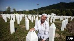 Аділа Сулжаковіч оплакує свого сина на кладовищі загиблих від рук сербських військових.