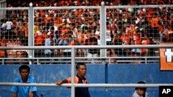 Para penggemar sepakbola menonton pertandingan antara Persija Jakarta dan Persisam Samarinda di Stadion Gelora Bung Karno, Januari 2013. (AP Photo/Dita Alangkara)