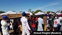 Enterrement de masse à Zabarmari, dans la zone du gouvernement local de Jere, dans l'État de Borno, au nord-est du Nigeria, le 29 novembre 2020.