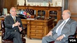 El secretario general de la OEA José Miguel Insulza (der.) se reúne con el alcalde de Caracas, Venezuela, Antonio Ledezma.