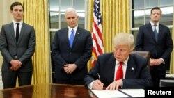 Presiden Trump saat menandatangani inpres pertamanya di Gedung Putih, Washington, 20 Januari 2017 (Foto: dok).