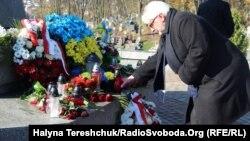 Керівник МЗС Польщі Вітольд Ващиковський біля меморіалу воїнів УГА на Личаківському цвинтарі, Львів, 5 листопада 2017 року