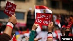 Những người biểu tình chống Tổng thống Morsi tại Quảng trường Tahrir, giơ cao các tấm bảng với nội dung yêu cầu ông từ chức, 2/7/13