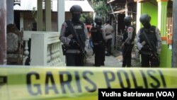 Polisi Bersenjata Lengkap Jaga Lokasi Penggeledahan Densus Anti Teror