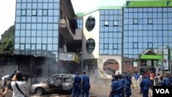 Trois véhicules endommagés et partiellement incendiés En début d'après-midi, une grenade suite à l'explosion d'une grenade près de la Banque commerciale Kenya à Bujumbura, Burundi vendredi 29 mai 2015. (Edward Rwena - VOA
